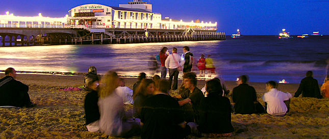 Bournemouth Pier in der Nacht mit Gruppe von Schülern