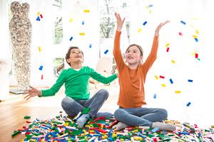 Kinder mit LEGO-Steinen